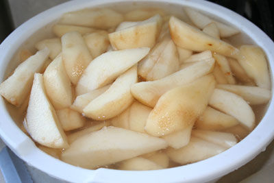 Sliced-pears-in-lemon-water